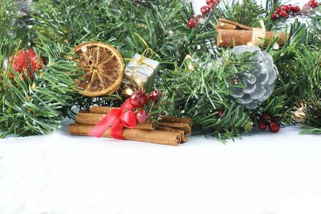Fondo de navidad con corona, abeto y canela