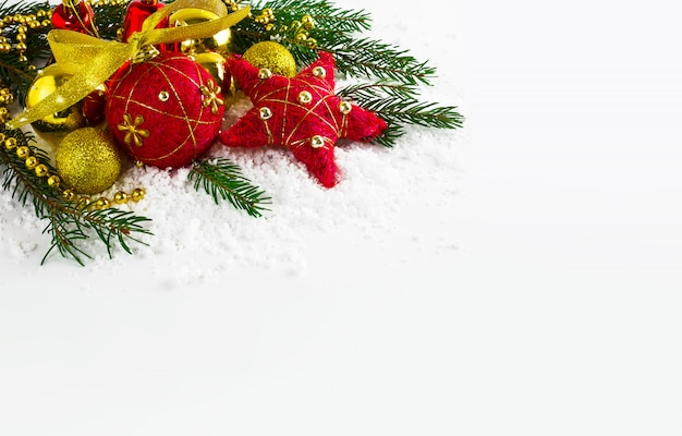 Fondo de navidad con cuentas doradas y ramas de abeto