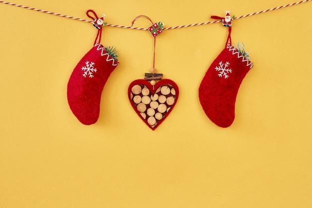 Fondo de navidad. decoración de navidad roja en pared amarilla. copie el espacio.