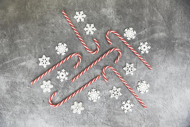 Fondo de navidad, decoración navideña con nieve y bastón de caramelo festivo invierno de navidad y feliz año nuevo concepto de vacaciones objeto
