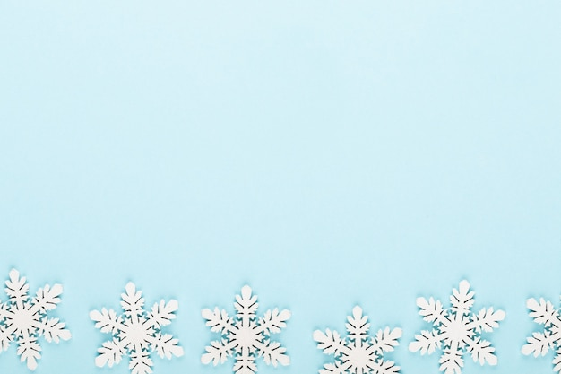 Fondo de navidad. decoraciones de nieve blanca sobre un fondo rosa.