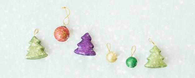 Fondo de navidad con decoraciones.