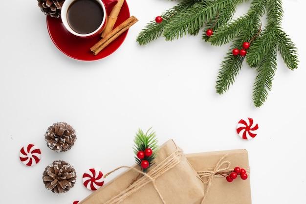 Fondo de navidad decorado con elementos navideños sobre un fondo blanco.