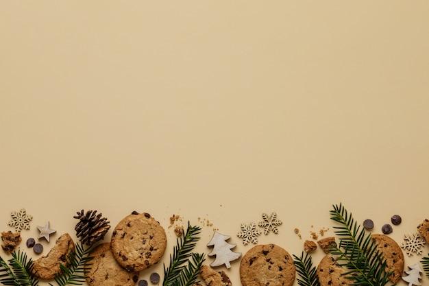 Fondo de navidad con galletas de chispas de chocolate y decoraciones de madera