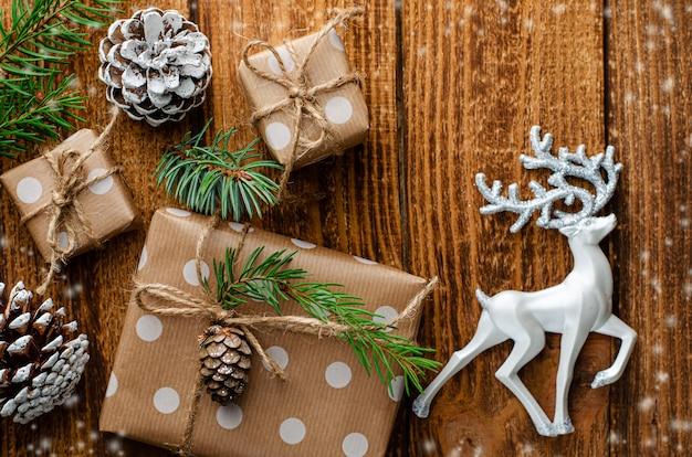 Fondo de navidad o año nuevo con cajas de regalo y decoraciones