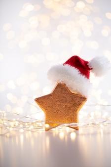 Fondo de navidad oro bokeh con estrella decorativa. estrellas de navidad doradas. patrón de navidad. fondo sobre el color gris. - imagen