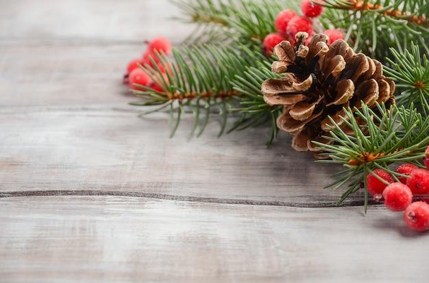 Fondo de navidad con ramas de abeto, bayas y conos, enfoque selectivo, espacio de copia.