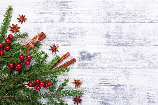Fondo de navidad con ramas de abeto y canela en mesa de madera. banner horizontal
