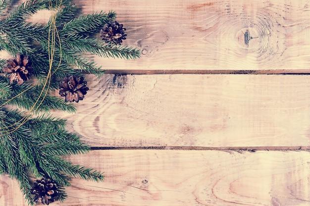 Fondo de navidad con ramas de abeto y conos