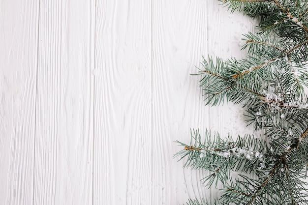 Fondo  de navidad con ramas de abeto a la derecha
