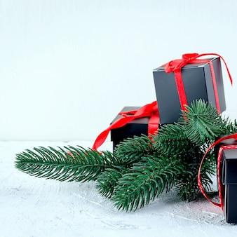 Fondo de navidad con ramas de abeto, regalos, juguetes de navidad