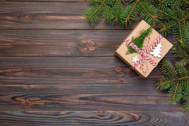 Fondo de navidad regalo de navidad con ramas de abeto sobre fondo blanco de madera con espacio de copia vista plana endecha, superior