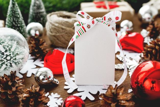 Fondo de navidad con regalos, cintas, bolas y diferentes decoraciones rojas en madera