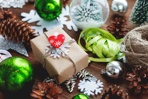 Fondo de navidad con regalos, cintas, bolas y diferentes decoraciones verdes en madera