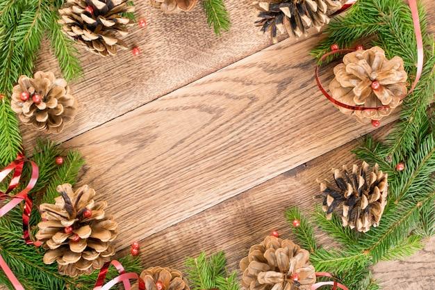 Fondo de navidad rústico marrón con ramas de abeto