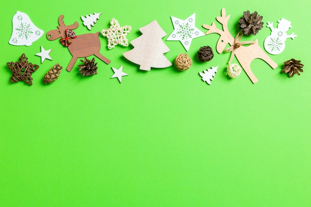 Fondo de navidad verde con juguetes de vacaciones y decoraciones. copyspace