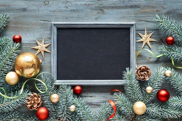 Fondo de navidad verde, rojo y dorado, vista superior con espacio de texto