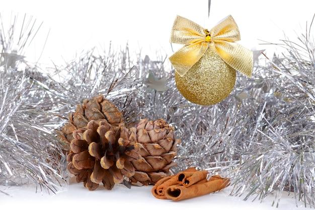 Fondo navideño con decoración dorada bola.