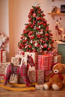 Fondo navideño con una inscripción para el año nuevo, decoraciones navideñas