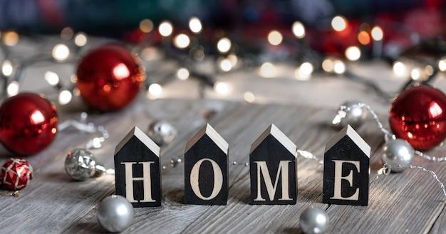 Fondo navideño con palabra decorativa hogar y detalles de decoración.
