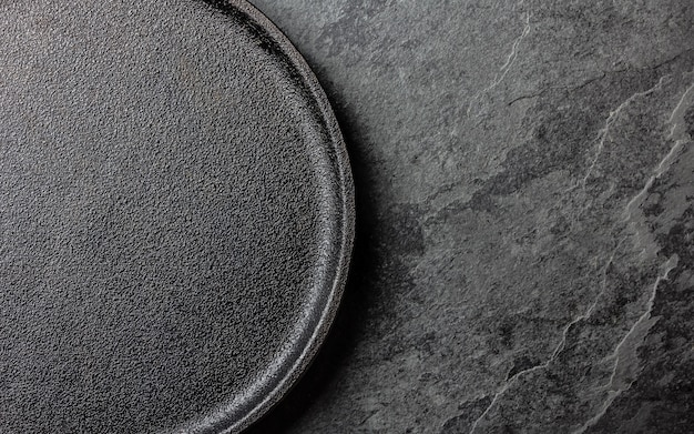 Fondo negro con un plato vacío