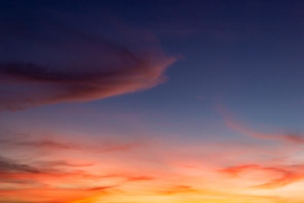 Fondo de nubes del cielo al atardecer después de la puesta del sol en la noche