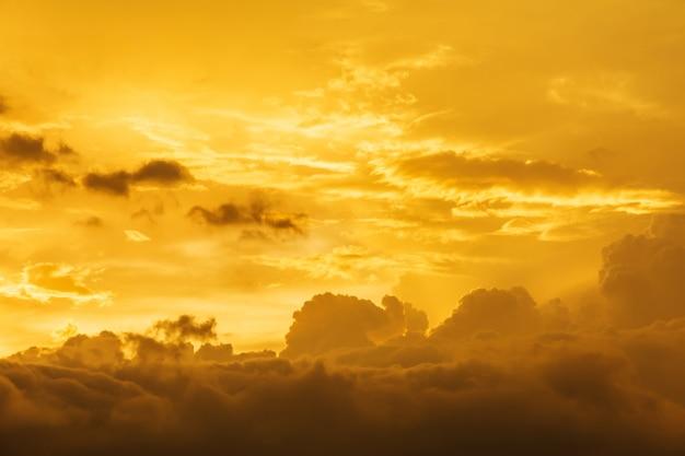 Fondo de nubes de tormenta antes de una tormenta de truenos