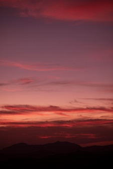 Fondo nublado rojizo en el cielo
