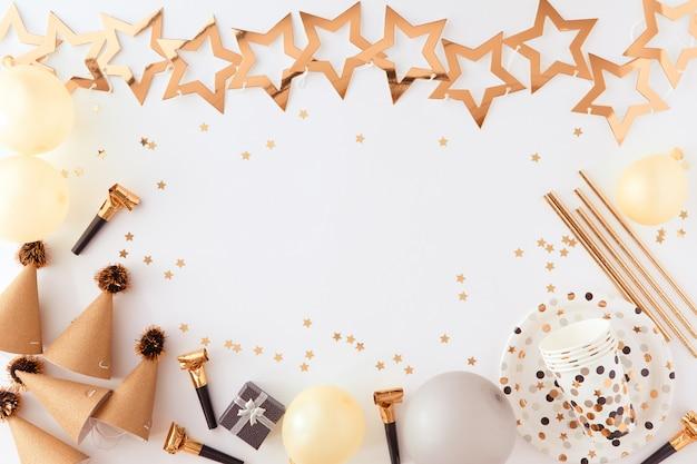 Fondo de oro de fiesta, carnaval, festival y cumpleaños con globo, serpentinas de fiesta de colores y confeti.