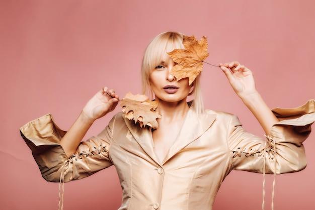Fondo de oro. lema o producto. venta de otoño o viernes negro. hola otoño y sueños de otoño. logotipo para tu. compras de viernes negro. otoño ropa y tendencias de color. rostro de belleza.