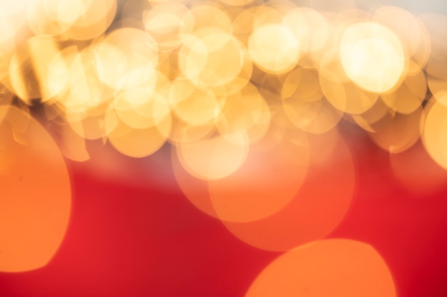 Fondo de oro y rojo bokeh colores brillantes desenfocados. concepto de vacaciones de navidad, brillos brillantes