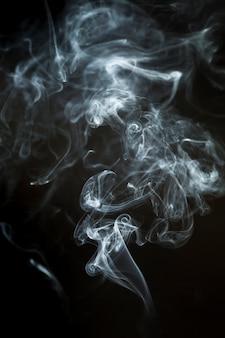 Fondo oscuro con silueta de humo dinámica
