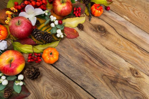 Fondo de otoño con manzanas, snowberry y flores blancas, espacio de copia