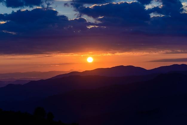 Fondo de paisaje de montaña de amanecer