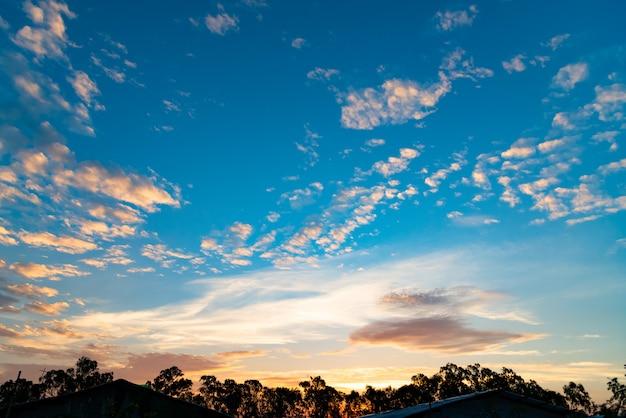 Fondo panorámico del paisaje del país de la puesta del sol dramática del cielo del valle.