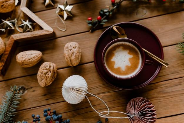 Fondo de pantalla de chocolate caliente y nogal navideño.