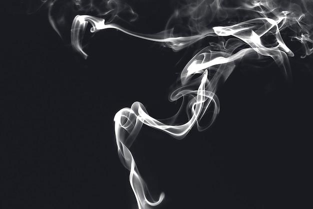 Fondo de pantalla de humo azul sobre fondo oscuro