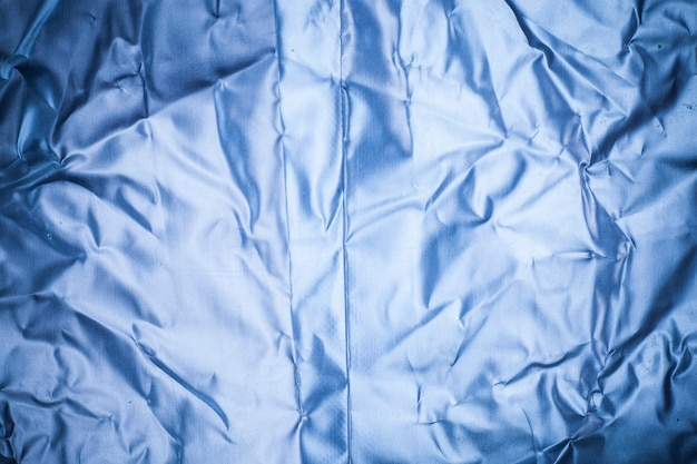 Fondo de papel de aluminio azul arrugado.