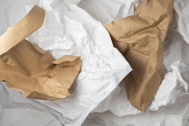 Fondo de papel de embalaje arrugado kraft rasgado blanco y marrón