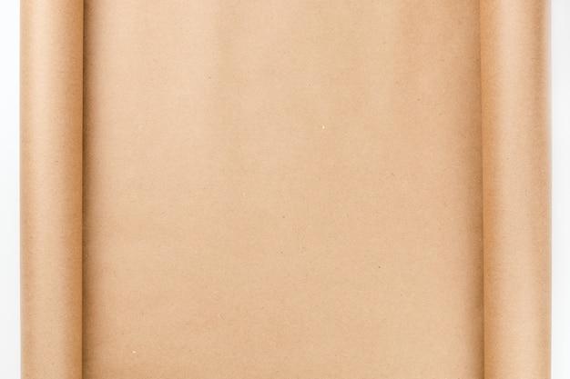 Fondo de papel marrón artesanal con bordes enrollados y con espacio de copia
