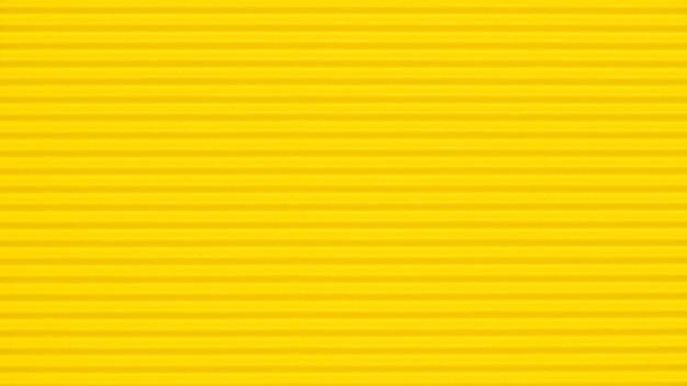 Fondo de papel ondulado amarillo en blanco