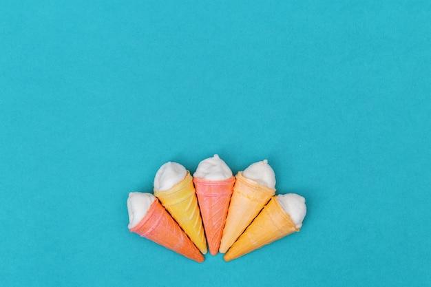 Fondo de papel de pequeños conos de helado con espacio de copia