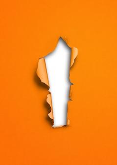 Fondo de papel rasgado naranja con agujero