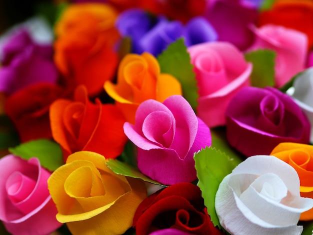 Fondo de papel de rosas coloridas.
