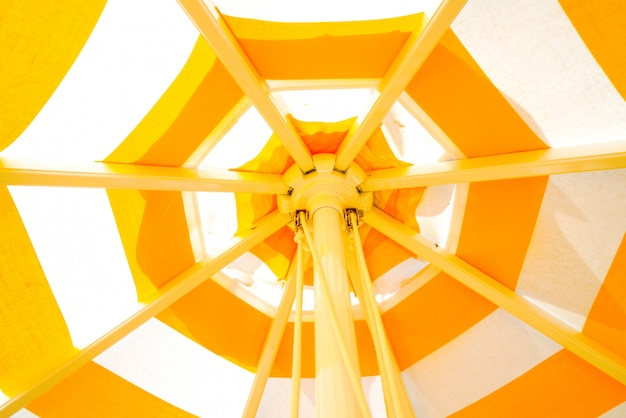 Fondo de paraguas amarillo colorido