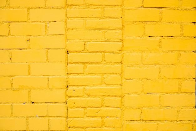 Fondo de pared de ladrillo amarillo brillante en la habitación rural,