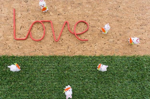 Fondo de pascua bonito con la palabra amor y conejos decorativos