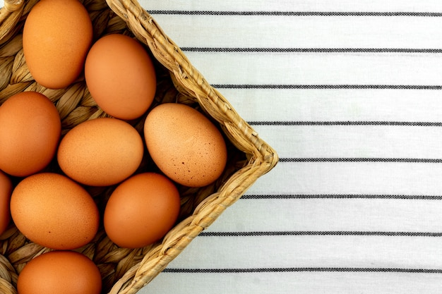 Fondo de pascua cero residuos. sin concepto de plástico. estilo minimalista. caja de jacinto de agua beige con huevos de gallina marrón sobre fondo textil.