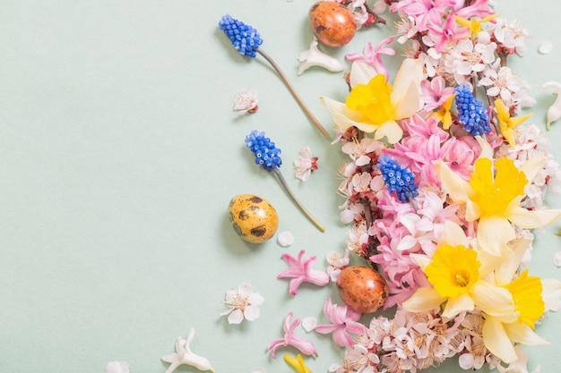 Fondo de pascua con huevos y flores.