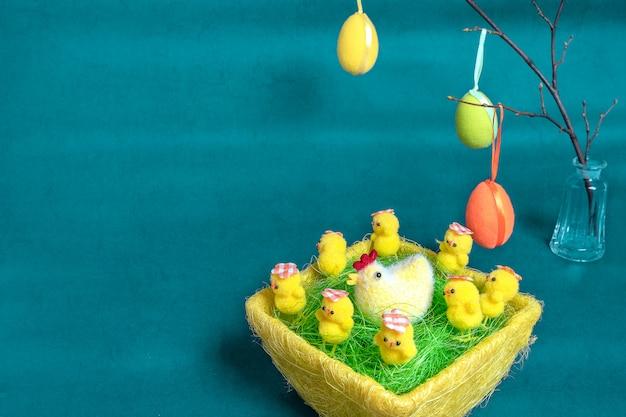 Fondo de pascua con huevos de pascua y pollos amarillos esponjosos.